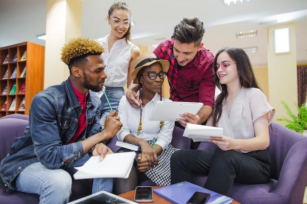 Jugendliche kommunizieren im bibliotheksraum