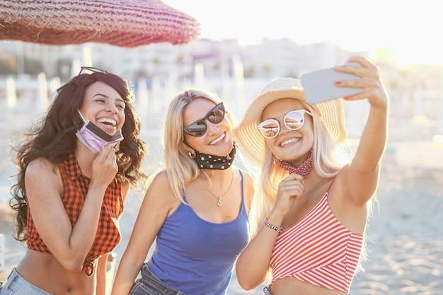 Jugendliche machen ein selfie am strand