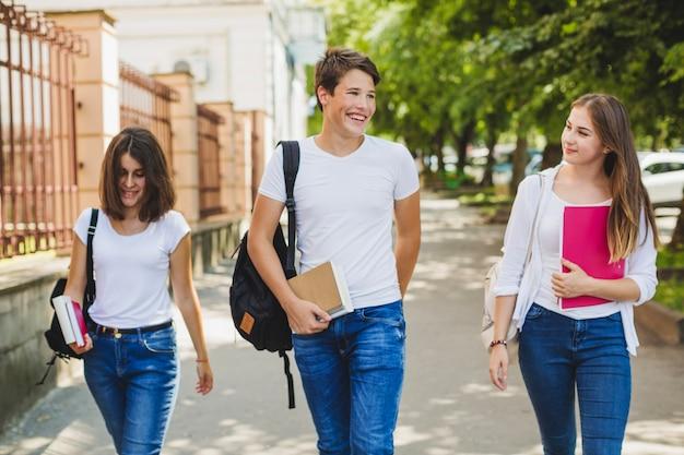 Jugendliche mit lehrbüchern auf der straße