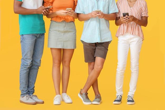 Jugendliche mit modernen handys