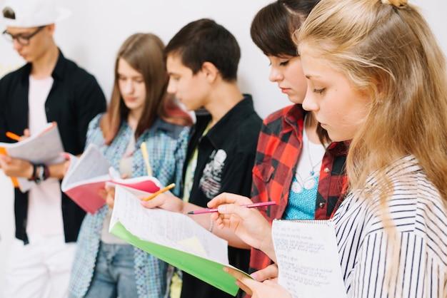 Jugendliche mit notizblöcken studieren