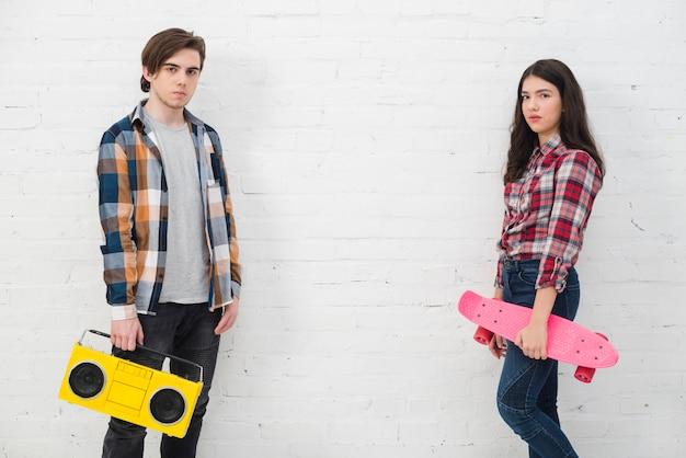 Jugendliche mit skate und radio