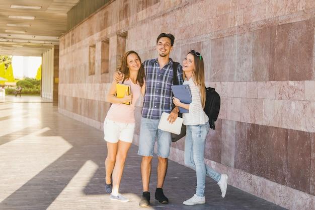 Jugendliche posieren mit büchern