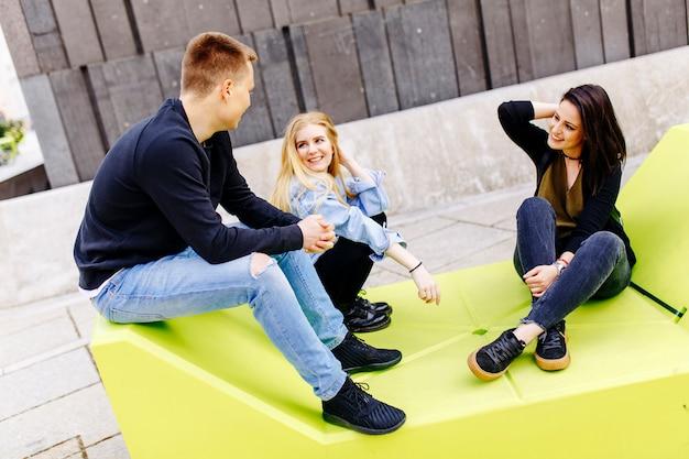 Jugendliche sitzen auf den lounge-sitzen in wien