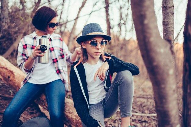 Jugendliche und ihre mutter, die auf einem alten baum stillstehen