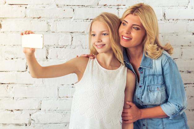 Jugendliche und ihre mutter machen selfie.