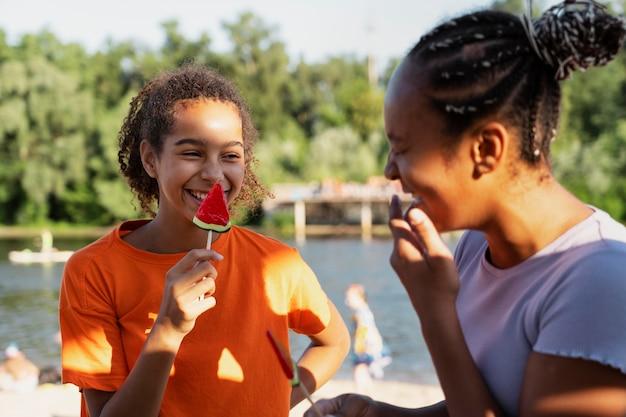 Jugendliche verbringen im sommer zeit miteinander