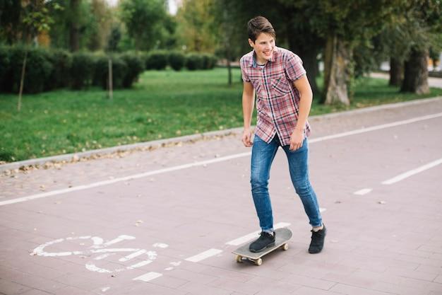 Jugendlicher auf skateboard nahe fahrradweg