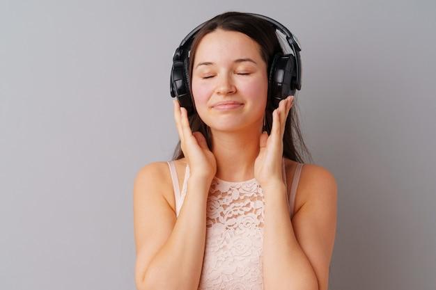 Jugendlicher der jungen frau, der musik mit ihren kopfhörern hört