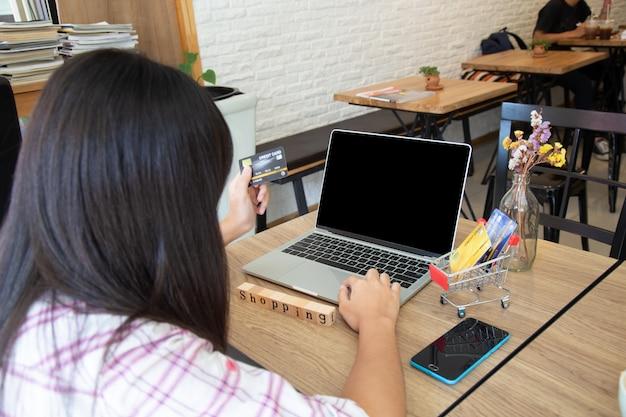 Jugendlicher, der online mit kreditkarte kauft