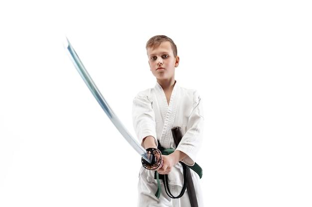 Jugendlicher junge, der am aikido-training in der kampfkunstschule kämpft