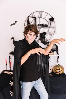 Jugendlicher mit grimmigem halloween, das zombiegesten macht