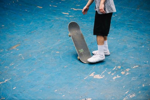 Jugendlicher mit skateboard auf boden der schüssel