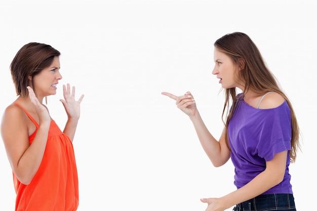 Jugendlicher tadelt ihre freundin, die ihre unschuld behauptet