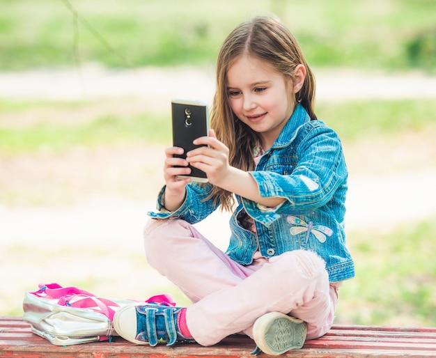 Jugendliches mädchen, das selfie fotos macht