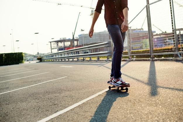 Jugendlichjunge mit einem skateboard