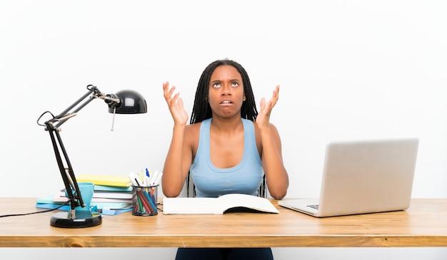 Jugendlichkursteilnehmermädchen frustriert durch eine schlechte situation