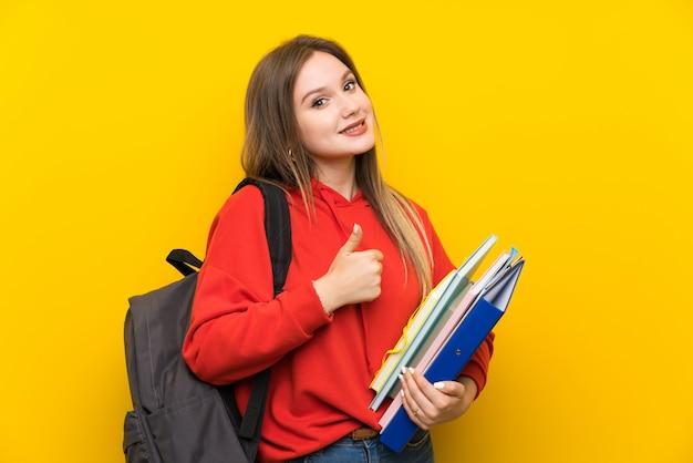 Jugendlichkursteilnehmermädchen über gelb