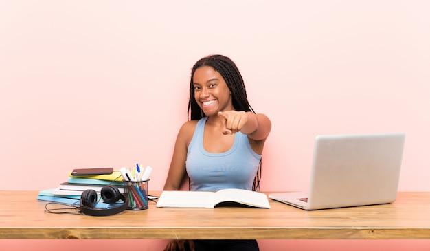 Jugendlichkursteilnehmermädchen zeigt finger auf sie mit einem überzeugten ausdruck