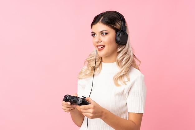 Jugendlichmädchen, das an den videospielen spielt