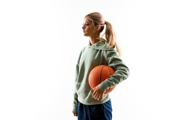 Jugendlichmädchen, das basketball spielt