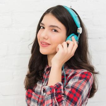 Jugendlichmädchen, das musik hört