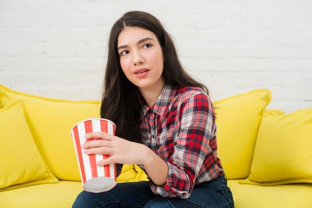 Jugendlichmädchen, das popcorn isst