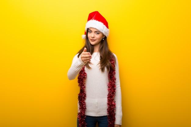 Jugendlichmädchen, das weihnachtsfeiertagshändeschütteln nach gutem geschäft feiert