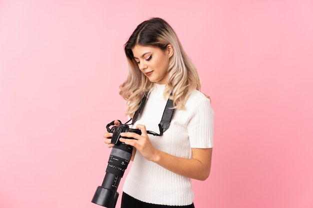 Jugendlichmädchen mit einer berufskamera