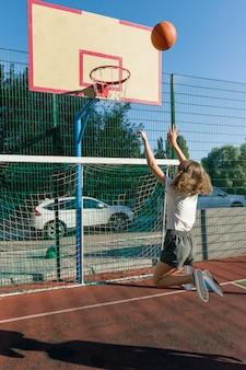 Jugendlichmädchen-straßenbasketballspieler