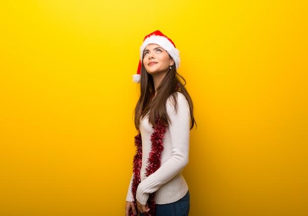Jugendlichmädchen, welches die weihnachtsfeiertage oben schaut feiert