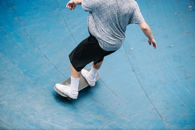 Jugendlichreit-skateboard in der schüssel