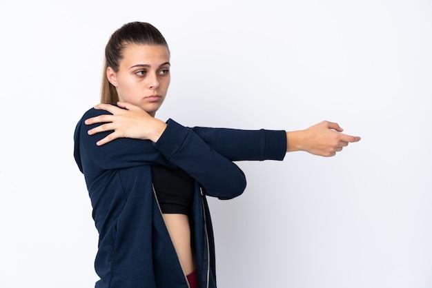 Jugendlichsportmädchen über getrenntem weißem ausdehnendem arm