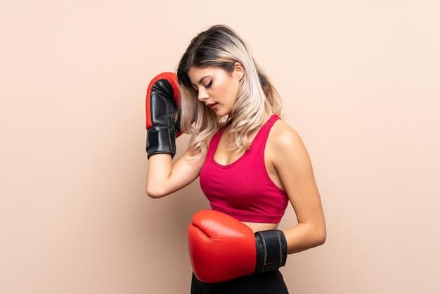 Jugendlichsportmädchen über lokalisiertem hintergrund mit boxhandschuhen