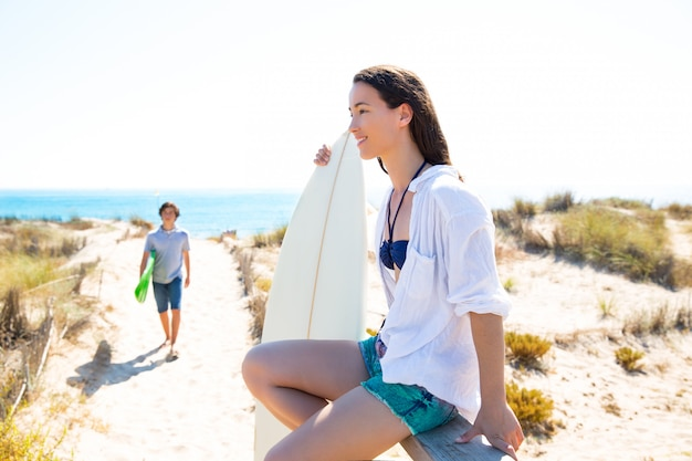 Jugendlichsurfer, die zum strand waling sind
