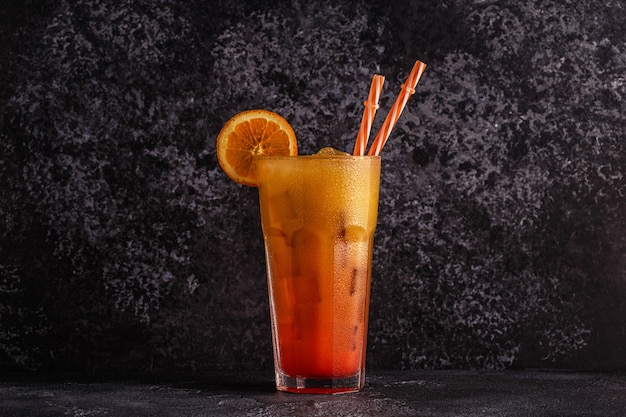 Juicy orange und red tequila sunrise mit eis, selektiver fokus.