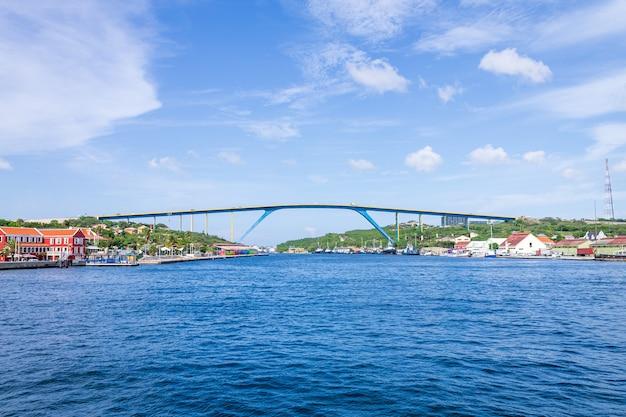 Juliana-königinbrücke in der stadt willemstad