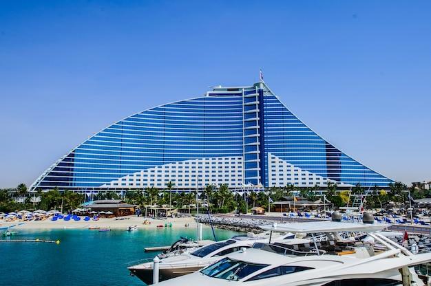 Jumeirah beach hotel am 9. april 2018 in dubai, vereinigte arabische emirate. bekannt für seine wellenförmige silhouette, bleibt eines der bekanntesten wahrzeichen von dubai, vereinigte arabische emirate