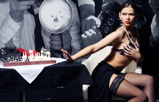 Jung und sexy vintage frau posiert