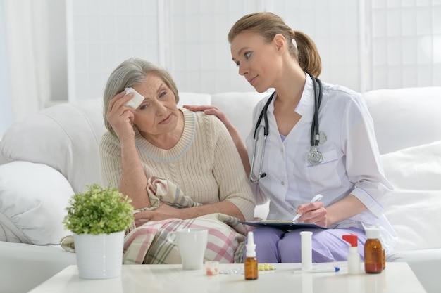 Junge ärztin und ihr älterer älterer patient