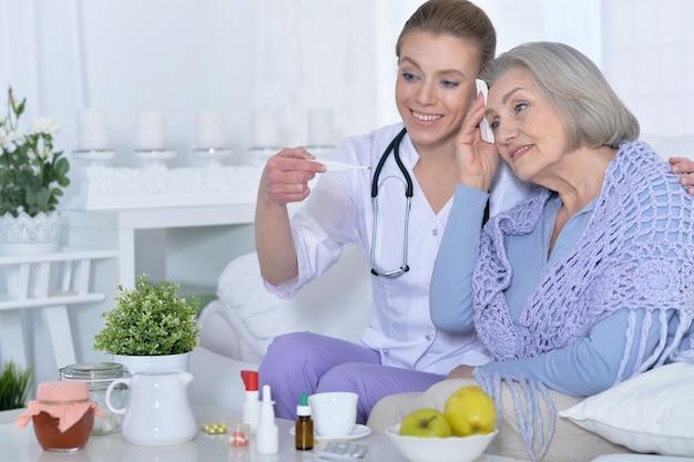 Junge ärztin und ihr leitender älterer patient in absprache