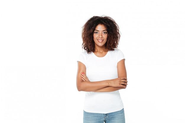 Junge afrikanische dame, die lokal über weißem hintergrund steht