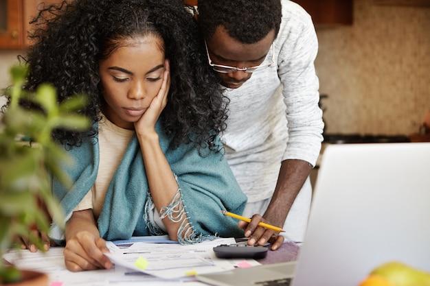Junge afrikanische familie, die finanzielle probleme behandelt