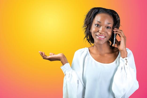 Junge afrikanische frau, die am telefon spricht
