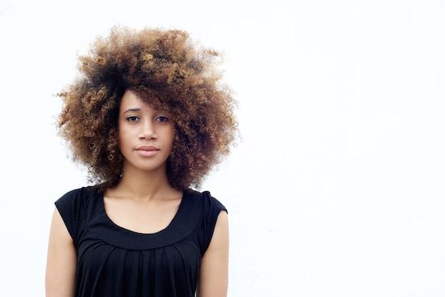 Junge afrikanische frau mit dem lockigen haar