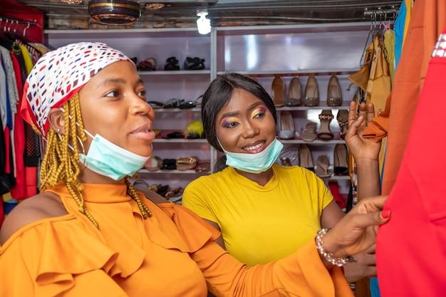 Junge afrikanische frauen, die in einer lokalen boutique einkaufen?