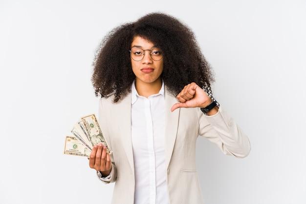 Junge afro-geschäftsfrau, die ein kreditauto hält, das eine abneigungsgeste zeigt, daumen nach unten.