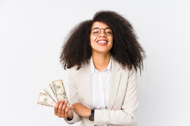 Junge afro-geschäftsfrau, die ein kreditauto hält junge afro-geschäftsfrau, die ein kreditauto hält, das lacht und spaß hat.