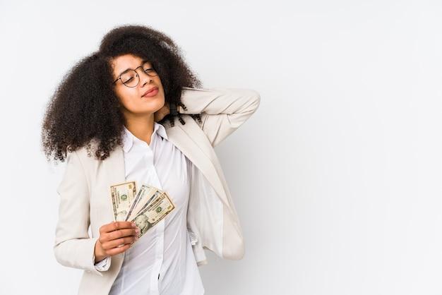 Junge afro-geschäftsfrau, die ein kreditauto isoliert hält junge afro-geschäftsfrau, die eine kreditkartusche hält, die den hinterkopf kartusiert, denkt und eine wahl trifft.