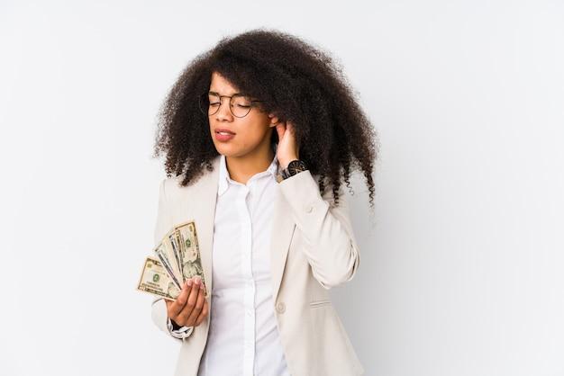 Junge afro geschäftsfrau, die ein kreditauto lokalisiert hält junge afro geschäftsfrau, die ein kredit carcovering ohren mit den händen hält.